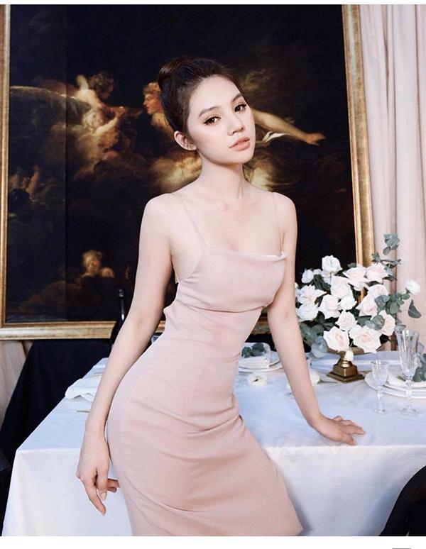 Váy tông nude đi kèm chi tiết hai dây và khoét lưng rộng của Jolie Nguyễn mang lại cảm giác thoải mái trong những ngày oi nồng.