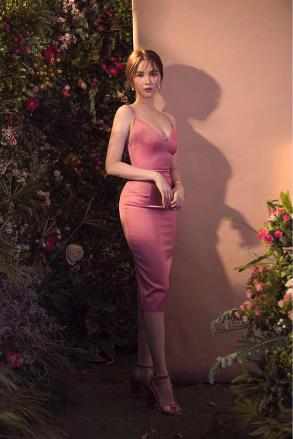 Ngọc Trinh là một trong mỹ nhân ưa chuộng đầm ôm bó sát. Mỗi mùa thời trang mới, cô cũng giới thiệu những thiết kế mới để giúp người mặc tôn vẻ gợi cảm.