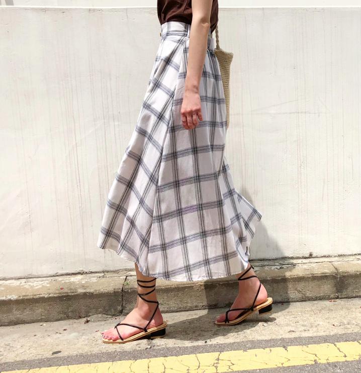 Chân váy dài có kén dáng thế nào thì chỉ cần diện cùng 5 mẫu giày/dép này là đẹp mĩ mãn - Ảnh 16.