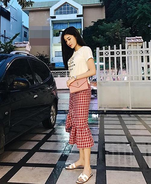 Có chiều cao chuẩn mực nên dù chẳng cần giày cao gót, cô nàng trông vẫn rất thanh thoát.