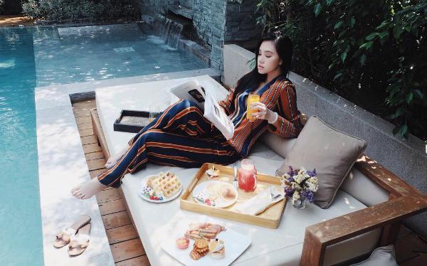 Hoa hậu con nhà giàu Jolie Nguyễn mang đôi dép lê thoải mái trong những chuyến du lịch sang chảnh.