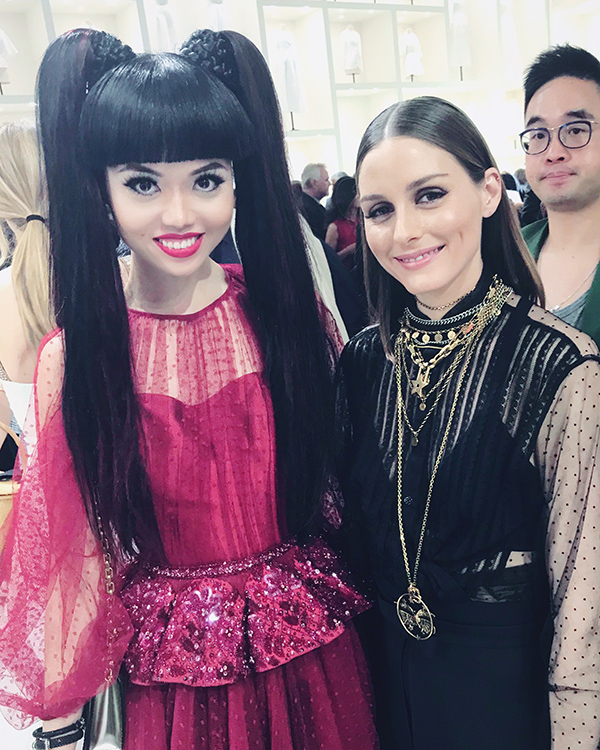 Nàng mẫu Việt xuất hiện nổi bật ở show Dior trong bộ đầm gam đỏ cầu kỳ. Cô có dịp gặp gỡ con cưng làng thời trang Olivia Palermo.