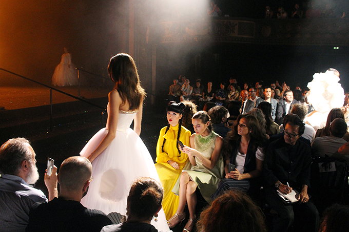 Jessica Minh Anh chăm chú ngắm nhìn các thiết kế tinh xảo của nhà mốt Viktor & Rolf.