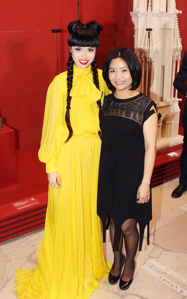 Nhà thiết kế người Trung Quốc Guo Pei (phải) là tác giả bộ trang phục gây xôn xao mà Rihanna từng mặc trên thảm đỏ Met Gala 2015.