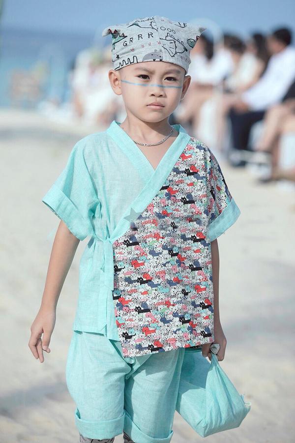 Trần Minh Lâm là con trai của Hoa hậuThế giới Doanh nhân 2018 -Trương Nhân. Cậu bé sành điệu khi kết hợp bộ yakuta màu xanh biển với mũ thun ngộ nghĩnh.