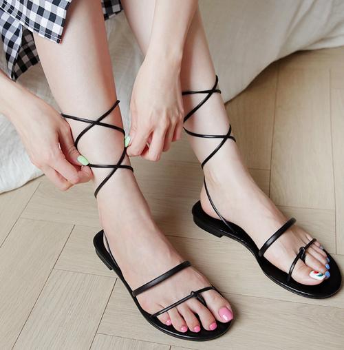 Gây bão vài năm nay là xu hướng sandals dây dợ với phần dây siêu mảnh, ôm lấy bàn chân và xung quanh cổ chân.