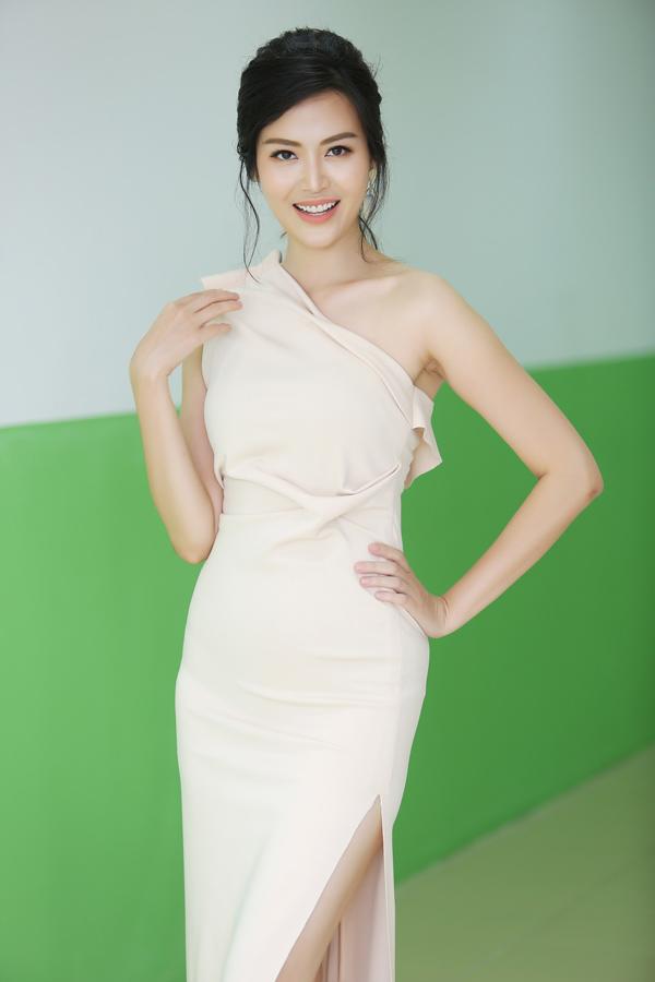Hoa hậu Thu Thủy tôn lên nhan sắc mặn mà cùng thân hình thanh mảnh khi diện đầm lệch vai xẻ cao chừng mực.