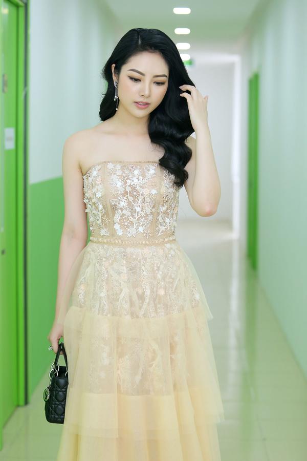 Hoa hậu các dân tộc Việt Nam 2013 Ngọc Anh chọn đầm quây màu pastel đính kết trên nền vải xuyên thấu để khai thác nét đẹp dịu dàng.