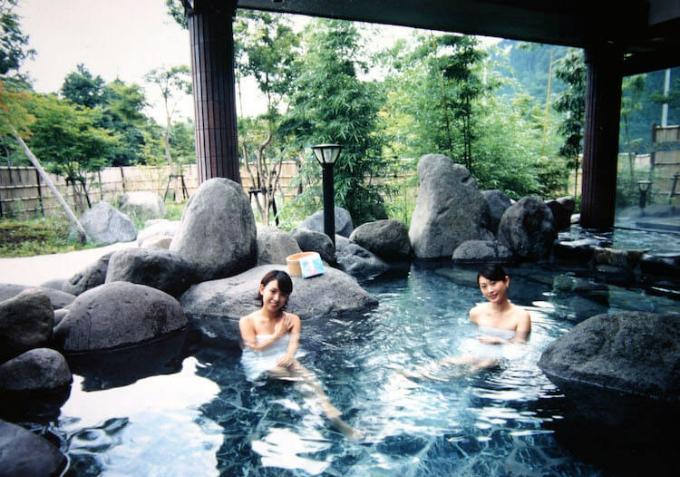 Tắm suối nước nóng là văn hóa có từ lâu đời của người Nhật.