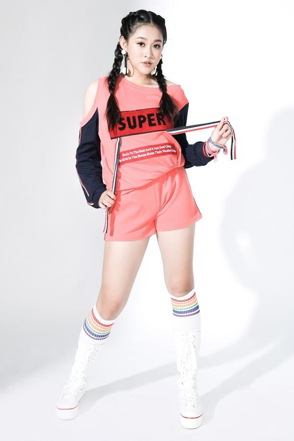 Những gam màu nổi bật, kiểu dáng đơn giản được ưu tiên lựa chọn phù hợp vói các bé gái.