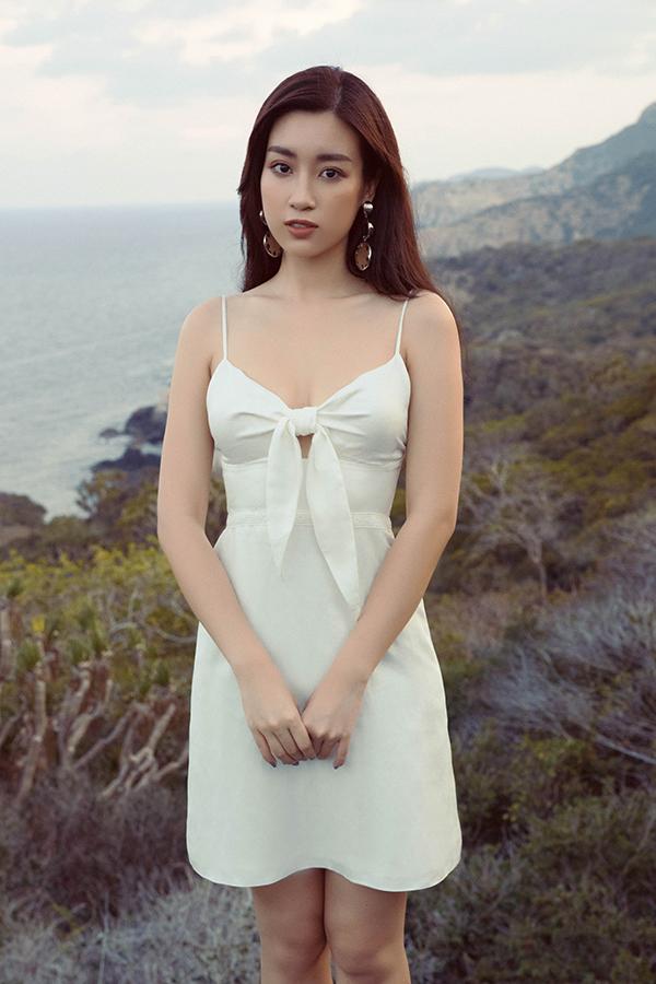 Đỗ Mỹ Linh khoe dáng cùng các mẫu váy cắt xẻ gợi cảm - 3