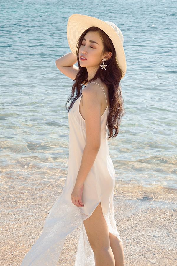 Đỗ Mỹ Linh khoe dáng cùng các mẫu váy cắt xẻ gợi cảm - 7