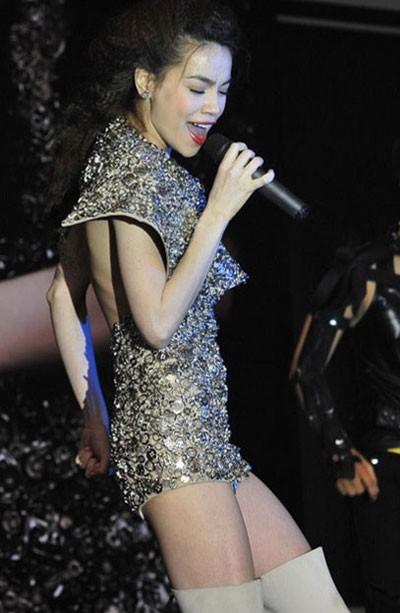 Cô nhiều lần lộ vóc dáng mỏng mảnh trên sân khấu