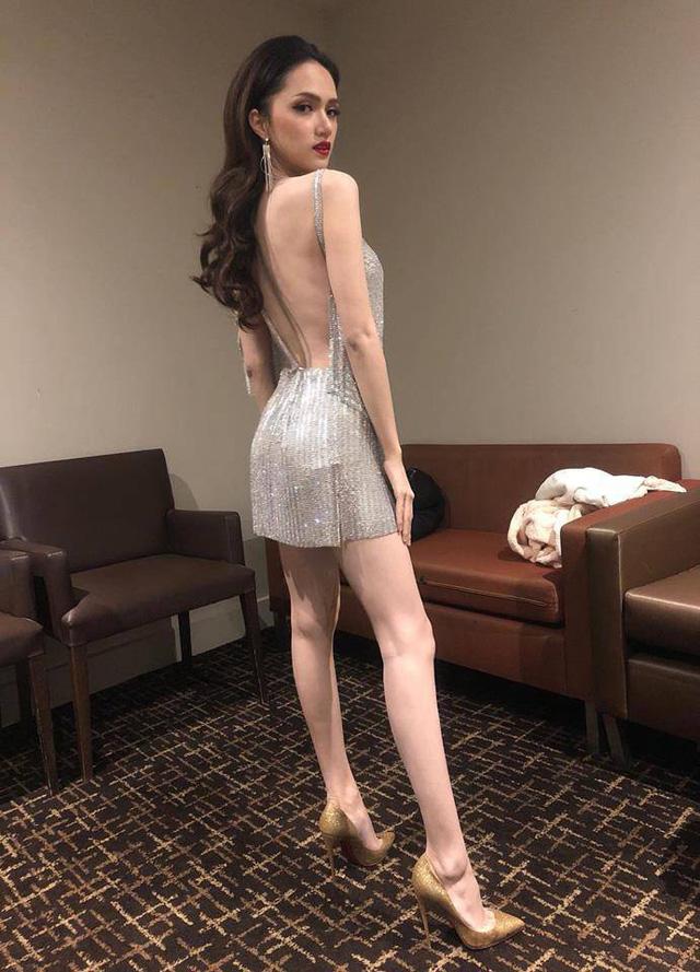 Từ khi đăng quang Hoa hậu chuyển giới Quốc tế vào đầu năm 2018, với lịch làm việc dày đặc, Hương Giang đã bị giảm cân, thân hình trở nên gầy gò. Diện chiếc đầm cắt xẻ sexy, ngôi sao Hà thành khoe vóc dáng vô cùng mảnh mai. Tuy nhiên bên cạnh những ngợi khen lại có không ít người hâm mộ phải xót xa vì nhận ra thân hình của Hương Giang đang quá gầy gò.