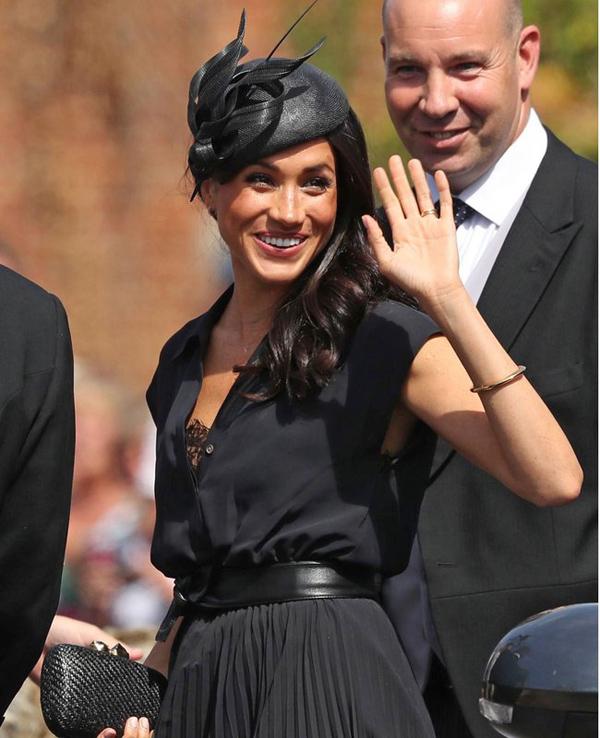 Meghan bị ghi lại khoảnh khắc lộ bra tại đám cưới bạn thân của chồng. Ảnh: REX.
