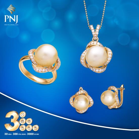 Trang sức ngọc trai PNJ tinh tế, thanh lịch cũng là một trong những thiết kế nổi bật của thương hiệu. Những viên ngọc trai được lựa chọn tỉ mỉ, kết hợp hài hòa với các chất liệu vàng trong đường nét thiết kế mềm mại, chân phương.