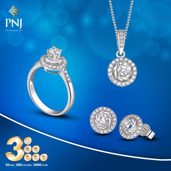 Các thiết kế kim cương mới nhất của thương hiệu PNJ mang hơi thở thời trang hiện đại. Kiểu dángđược cách điệu độc đáo, tônđẳng cấp cũng như phong thái của người sở hữu.