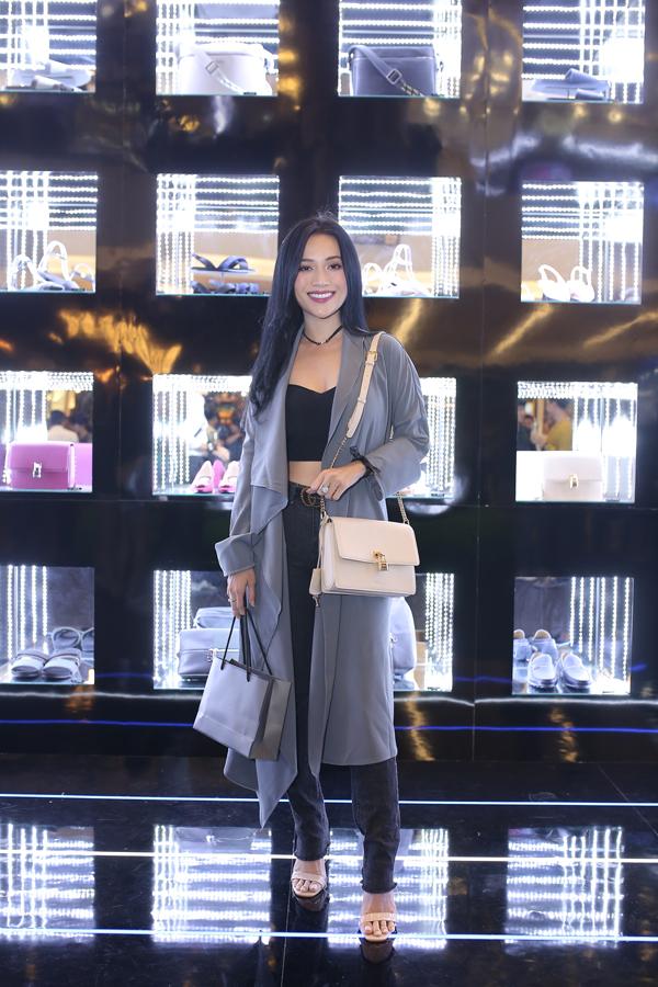 Nữ ca sĩ luôn toát ra vẻ đẹp trong sáng với các lựa chọn thời trang nữ tính, hợp xu hướng.