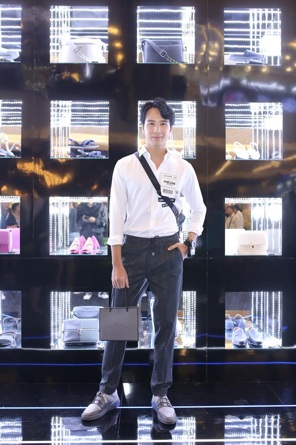 Hạo Đông ngày càng bảnh bao bởi vẻ điển trai như nam thần và phong cách thời trang của một quý ông thành thị hiện đại.