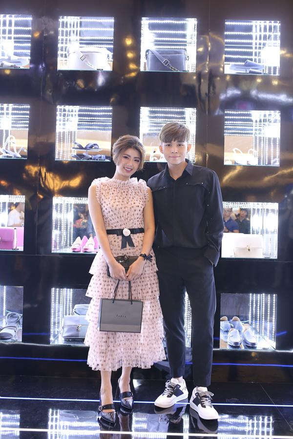 Jun Phạm chọn phong cách đơn giản, trẻ trung đến dự sự kiện cùng Đàm Phương Linh ngọt ngào trong chiếc đầm voan xếp tầng.