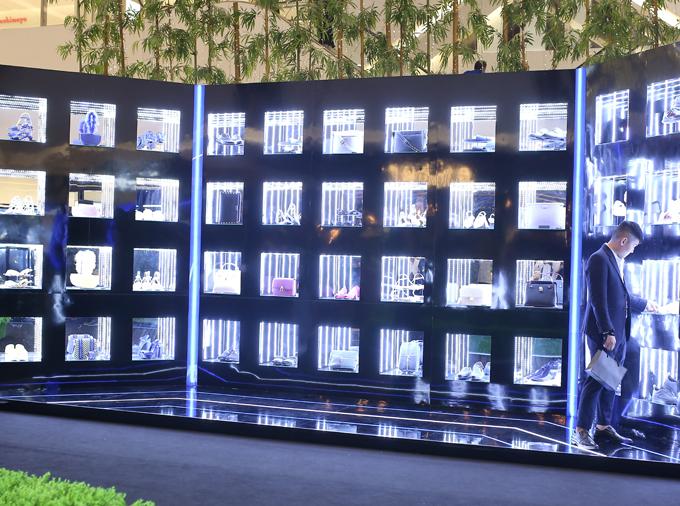 Diễn ra trong không gian ngập tràn ánh sáng cùng bố cục sắp xếp ấn tượng tại sảnh chính trung tâm thương mại Saigon Centre, Pedro đã dẫn lối khách tham dự vào một bảo tàng ánh sáng thu nhỏ. Nơi đây trưng bày các thiết kế mới trong BST Thu Đông 2018 đặc sắc, lấy cảm hứng siêu thực hòa quyện trong không gian kỹ thuật số đa chiều.