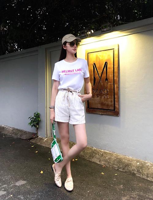 Bộ cánh của Jolie Nguyễn trông đơn giản nhưng có mức giá không hề rẻ, giúp cô có buổi dạo phố ngày hè đầy mát mẻ.
