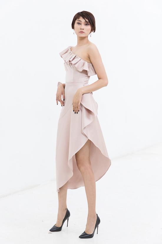 Váy lệch vai đi theo phong cách bất đối xứng và trang trí bèo nhún được yêu thích ở mùa hè 2018.