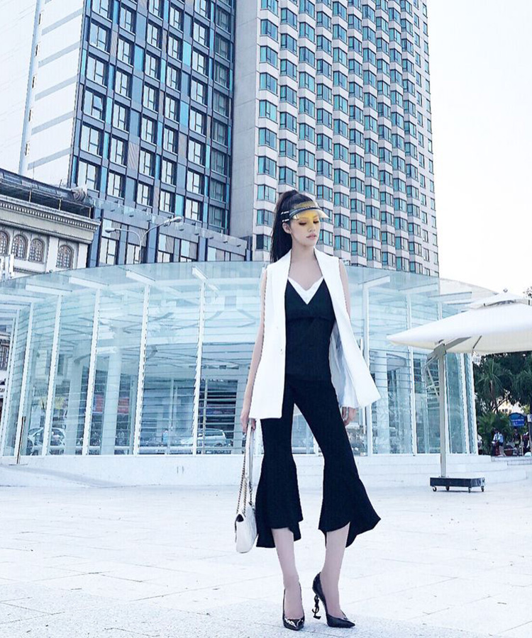Hoa hậu Jolie Nguyễn phối đồ đơn giản cùng mũ lưỡi trai nửa đầu