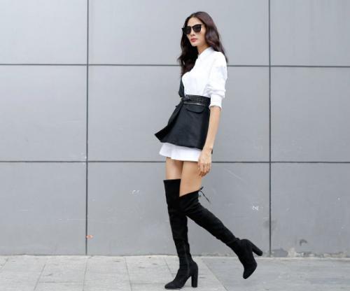 Thường xuyên đi công tác nước ngoài, Hoàng Thùy chọn boots cao cổ làm điểm nhấn cho phong cách. Vẻ ngoài bụi phủi, cá tính của item này hoàn toàn phù hợp với style lạnh lùng, sang chảnh mà nữ người mẫu xứ Thanh theo đuổi.