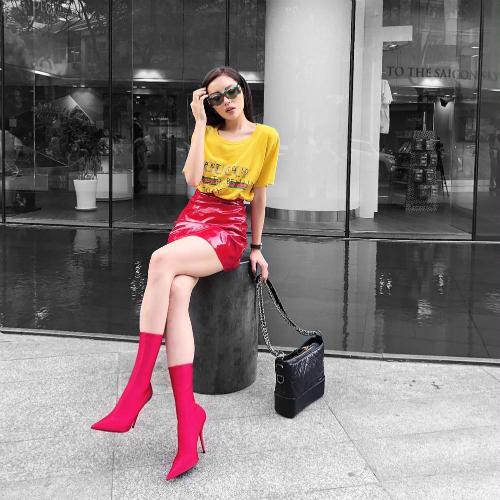 Kỳ Duyên luôn biết cách tạo sự chú ý cho riêng mình. Cách chơi màu ấn tượng với những phụ kiện nghìn đô khiến cô trở thành tâm điểm khi xuống phố.