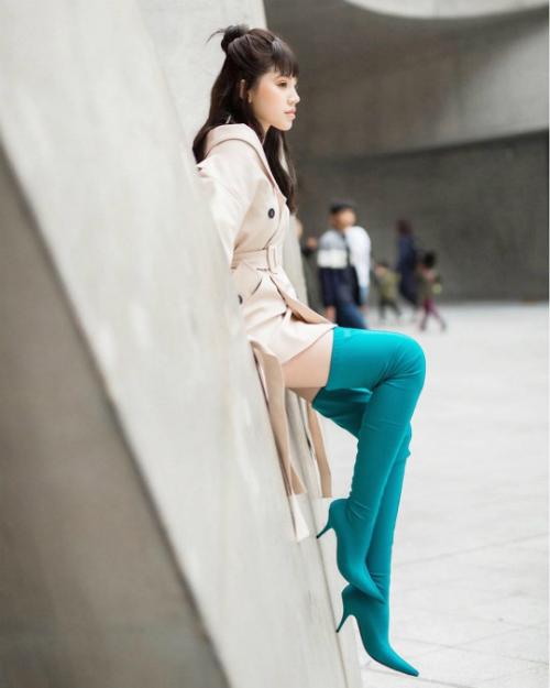 Đôi boots Casadei cổ caocó giá hơn 25 triệu là món phụ kiện yêu thích của Jolie Nguyễn. Item đắt giá này đi theo hoa hậu con nhà giàu trong nhiều mùa fashion week.