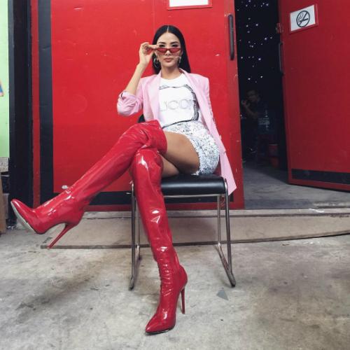 Boots cao cổ góp phần tạo nên diện mạo trẻ trung, cá tính cho người diện. Thế nhưng ở Việt Nam, với thời tiết nắng nóng, các người đẹp Việt ít có cơ hội diện món đồ này. Hoàng Thùy là một trong những mỹ nhân chịu nóng giỏi nhất. Cô thường xuyên diện những món đồ thời trang đánh tan thời tiết mỗi khi xuất hiện.