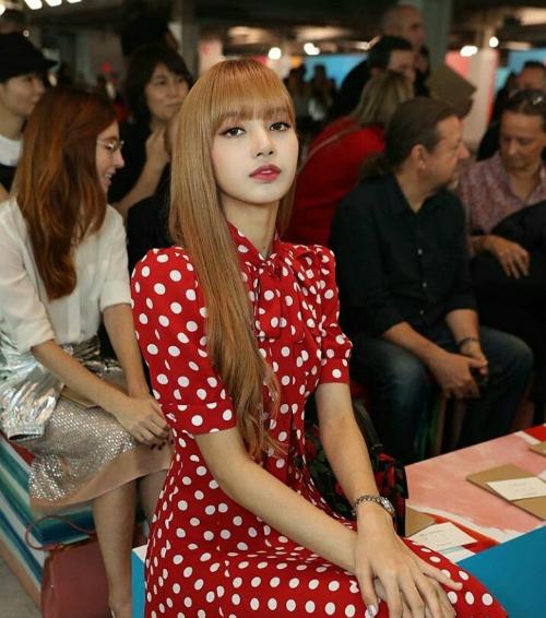 Thành viên Black Pink ngồi hàng ghế đầu, theo dõi BTS Spring/Summer 2019 của thương hiệu nổi tiếng.