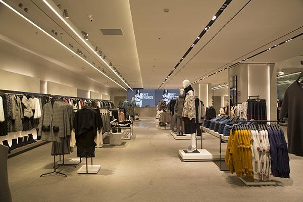 Cửa hàng Zara chiếm 3 tầng của trung tâm thương mại.