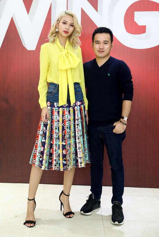Chân dài hội ngộ với nhà thiết kế Lê Thanh Hòa, giám khảo của cuộc thi tìm kiếm các tài năng thiết kế thời trang.
