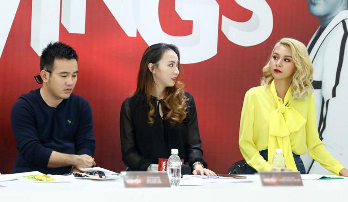 Cùng với NTK Lê Thanh Hòa và thành viên ban tổ chức, Phí Phương Anh làm việc liên tục trong 10 tiếng đồng hồ để xem bài dự thi của từng thí sinh.