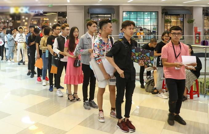 Các ứng viên xếp hàng để tham gia vòng sơ tuyển.