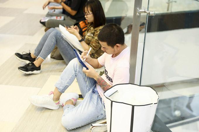 Không ít thí sinh ngồi bệt xuống sàn đá của trung tâm thương mại để vẽ các mẫu dự thi.
