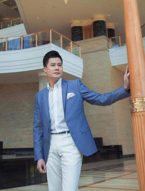 Công thức mix sơ mi và quần đồng màu trắng, áo vest xanh có thể theo chân phái mạnh trong nhiều dịp như đi làm, dự tiệc, dự đám cưới, hẹn hò...