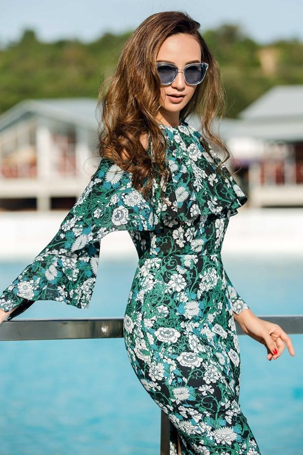Bộ váy mang hơi hướng mùa hè với họa tiết hoa lá được in bắt mắt trên nền vải.