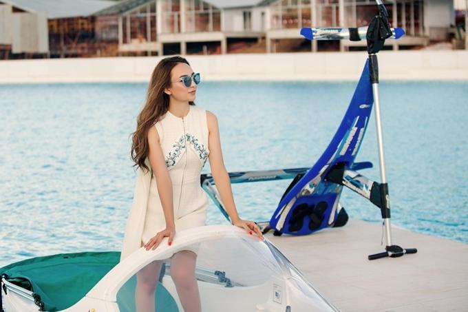 Người đẹp ghi lại những khoảnh khắc trên ca nô khi diện chiếc váy trắng thanh lịch.