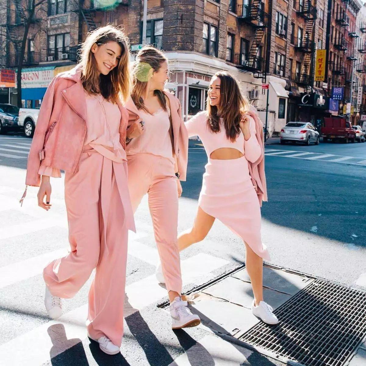 trang phục màu hồng millennial