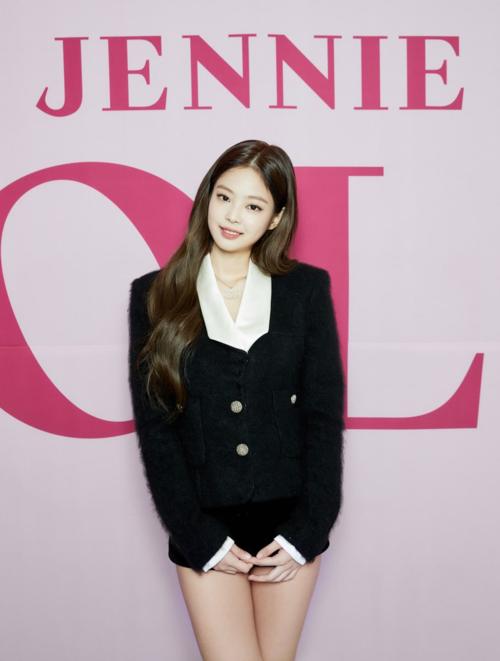 Gần đây, phong cách thời trang trên sân khấucủa Jennie có sự chuyển biến rõ rệt. Thay vì mặc những trang phục cá tính, độc đáo, Jennie luôn diện những bộ đầm ôm sát,quyến rũ hết cỡkhi trình diễnSOLO trên các sân khấu âm nhạc cuối tuần.