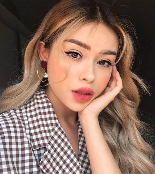 Sống mũi cao thon gọn cùng đôi môi đầy đặn chuẩn mốt giúp Hayley rất dễ dàng biến hóa cách trang điểm. Có lúc cô nàng thử nghiệm phong cách Hàn Quốc xinh xắn...