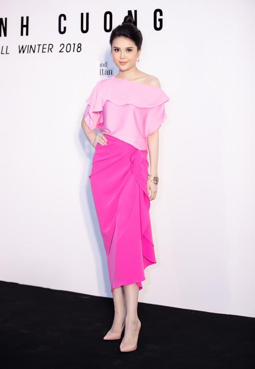 Á hậu Diệu Thuỳ phối sắc hồng nhạt cùng tông hồng đậm tạo nên hai mảng màu đối xứng trên cùng trang phục. Chiếc vòng tay Gucci với thiết kế bắt mắt tô điểm thêm cho trang phục.