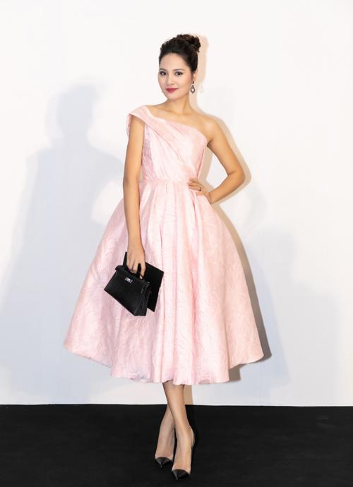 Hoa hậu Hương Giang chọn sắc hồng pastel để xuất hiện tại Mix&Match. Chiếc váy xoè nữ tính được Hương Giang phối cùng túi Hermes màu đen, thiết kế đơn giản.