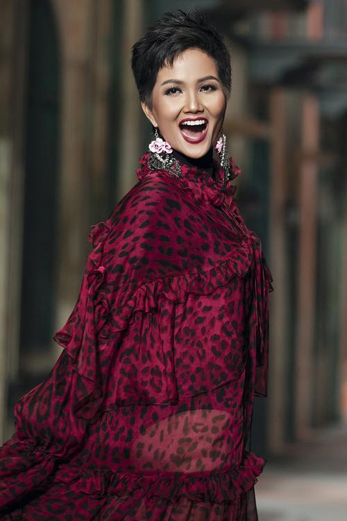 Vẻ đẹp rạng rỡ của HHen Niê giúp cô nhận được nhiều lời khen ngợi từ khán giả.