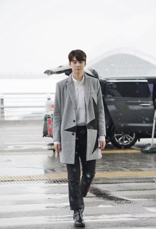 Khác với nhiều idol thường ăn mặc độc lạ, Cha Eun Woo được đánh giá cao ở khả năng mix đồ đơn giản, gần gũi theo kiểu mẫu bạn trai lý tưởng trẻ trung, năng động.