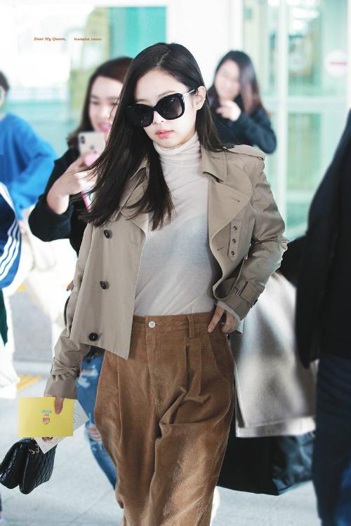 Người đẹp sinh năm 1996 luôn biết cách biến sân bay thành sàn diễn thời trang của mình.