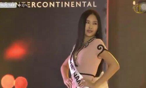 Ngân Anh điệu đà catwalk trong phần thi 'chào sân' ở Miss Intercontinental